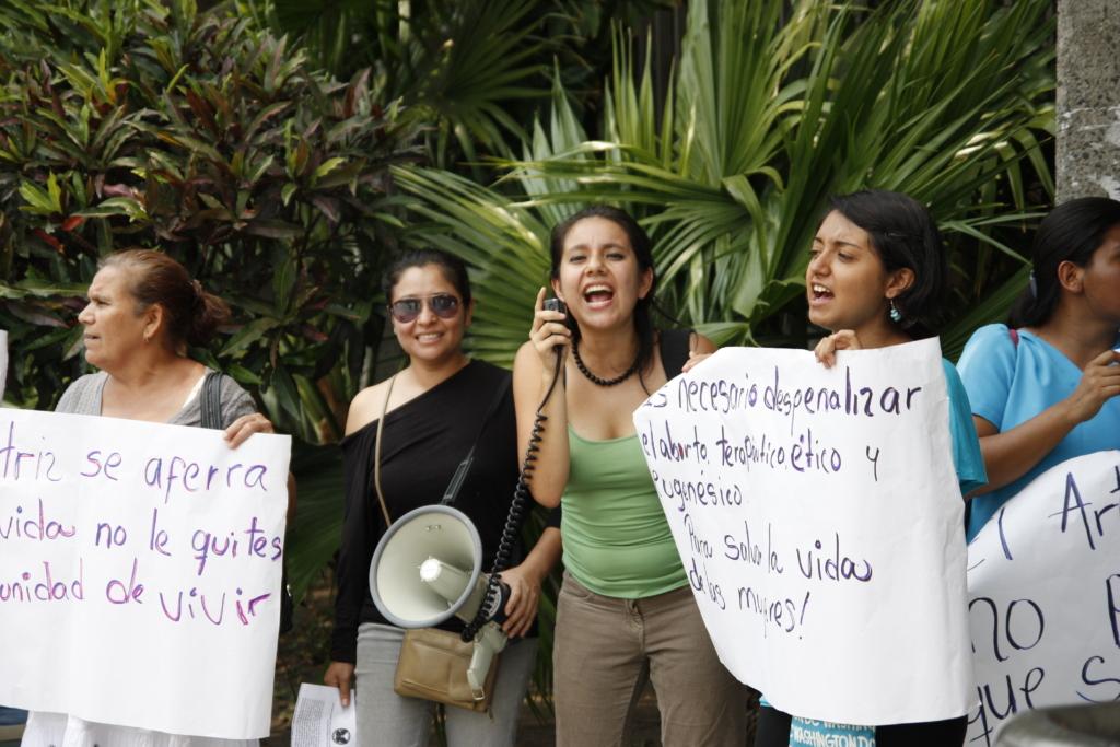 Kvinder demonstrerer udenfor El Salvadors højesteret imod landets abortforbud.